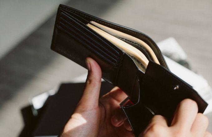 YAL132二つ折り財布から小銭入れを出す場面