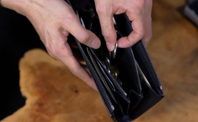 YPM114L字ファスナーウォレットから小銭を取り出すところ