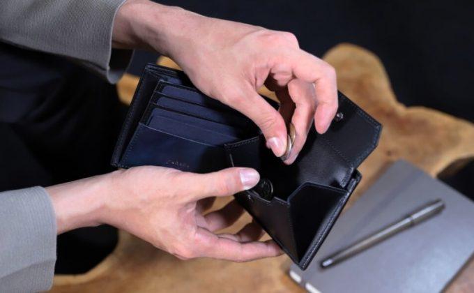 YPM137二つ折り財布から小銭を取り出すシーン
