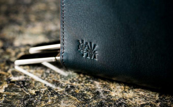 財布鞄カヴァレオ・マンバの外装のココマイスターロゴ