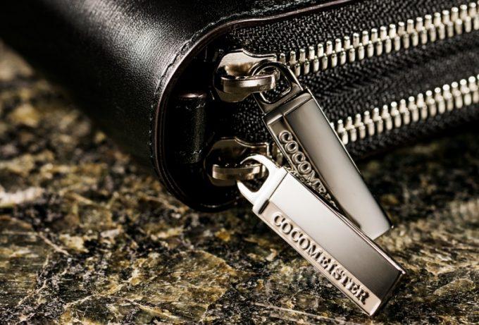 財布鞄カヴァレオ・マンバのココマイスターロゴ入りダブルファスナー