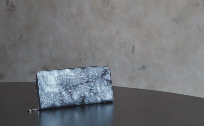独自染色による美しい模様を持つyuhakuの革財布