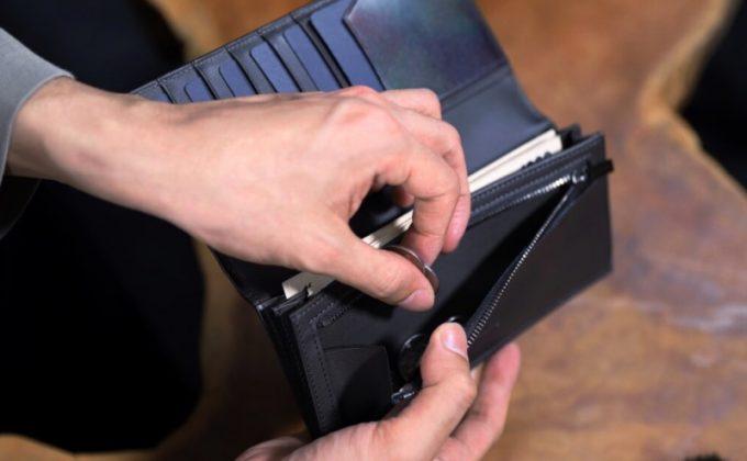 YPM110長財布のマチ付き小銭入れから小銭を取り出すところ