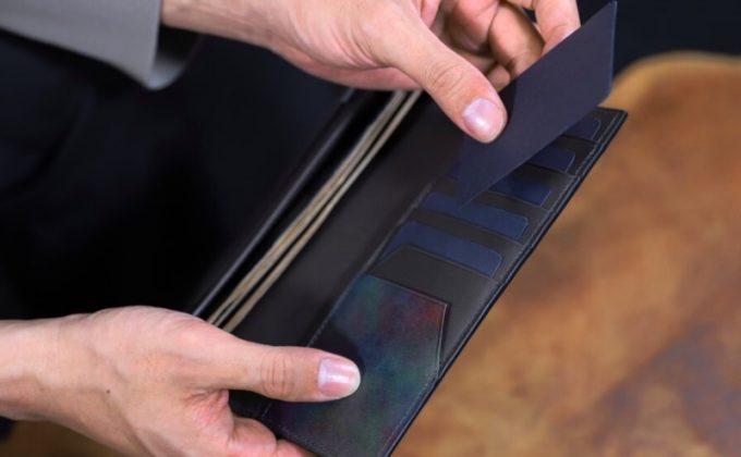 YPM110長財布のカードポケットからカードを取り出すところ