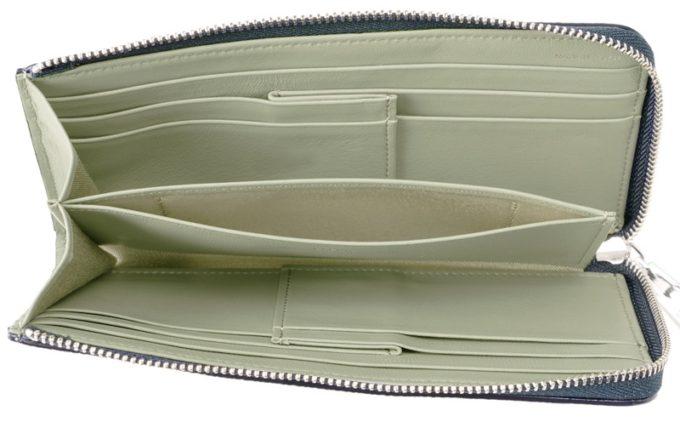 コンパクト長財布のシンプルな内装ポケット
