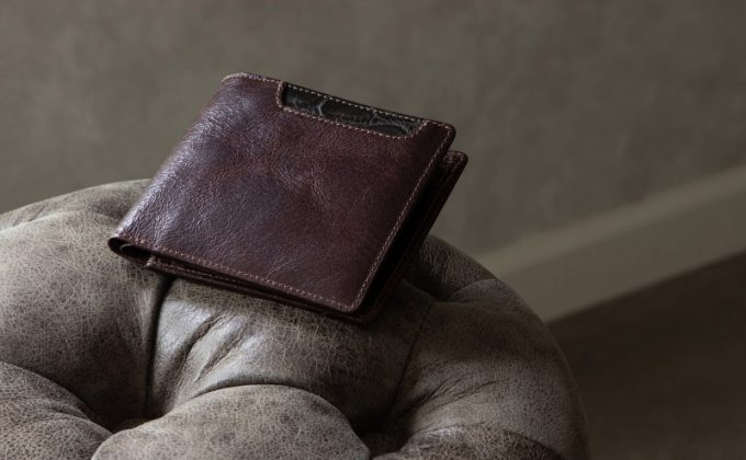 椅子の上に置いてあるBaggartの二つ折り財布