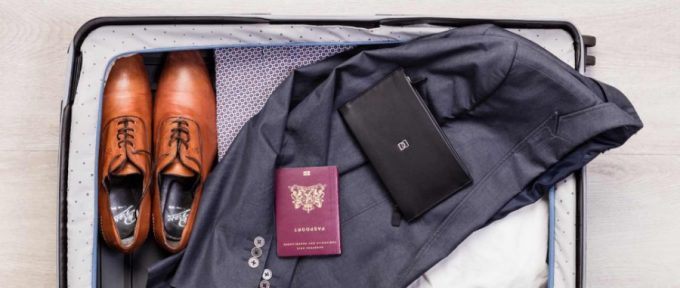 旅行鞄の上に置いてあるDUN DUO(ダンデュオ)