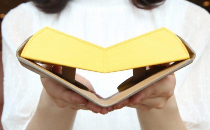 カルトラーレの財布(ハンモックウォレットプラス)を持つ女性