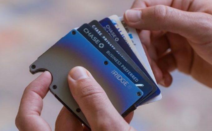 ザ リッジ ウォレットから指で押してカードを押し出す