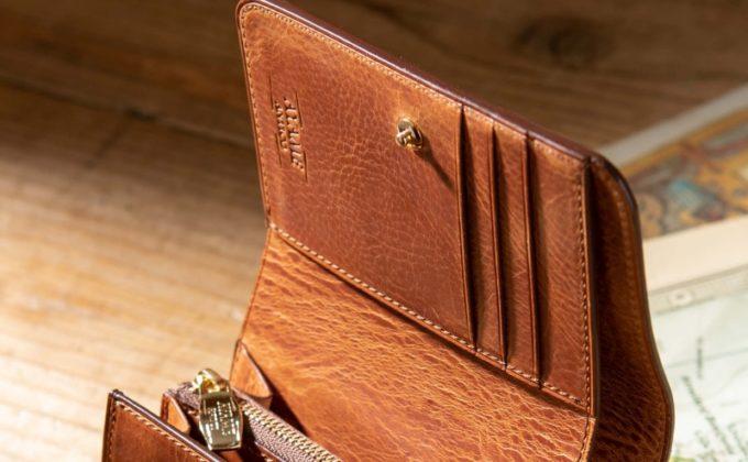 アヤメアンティーコの財布と刻印されたロゴ
