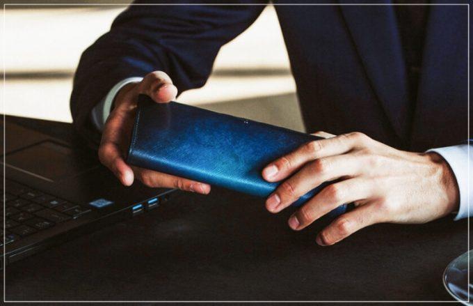 yuhaku・YEV110長財布を持つ男性