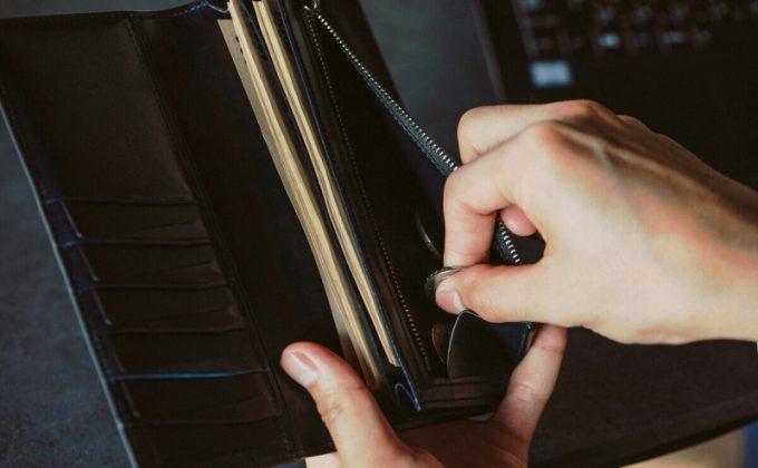 yuhaku・YEV110長財布の小銭入れから小銭を取り出すところ