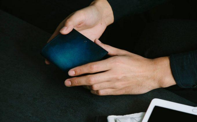 YEV122薄型二つ折り財布を持つ男性