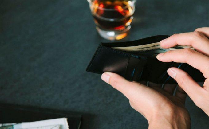 YEV122薄型二つ折り財布からお札を取り出すところ