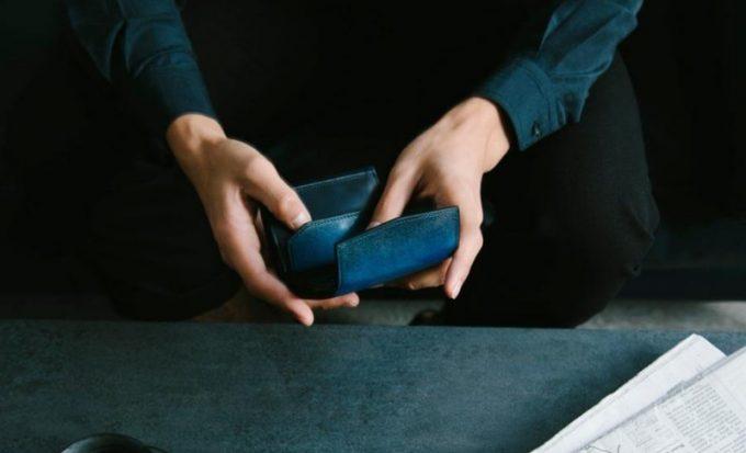 YEV191三つ折りコンパクトウォレットを持つ男性