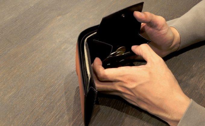 YHK003二つ折り財布から小銭を取り出すところ