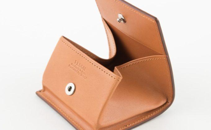 口が大きく開くボックス型のブライドルコインケース