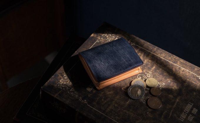 本の上に置いてあるブライドルコインケース