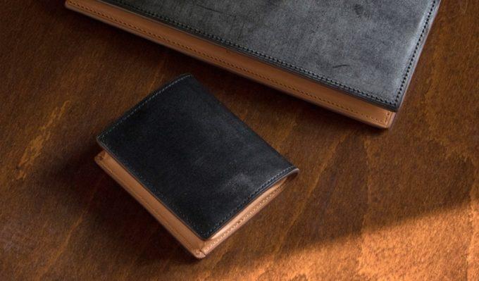 テーブルの上に置いてあるブライドルコインケース