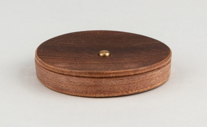 テーブルの上に置いてある丸形小銭入れ(Round Coin Case)