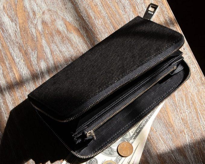 テーブルの上に置いてあるオイルエレファント・ラウンドジップ長財布(ブラックカラー)