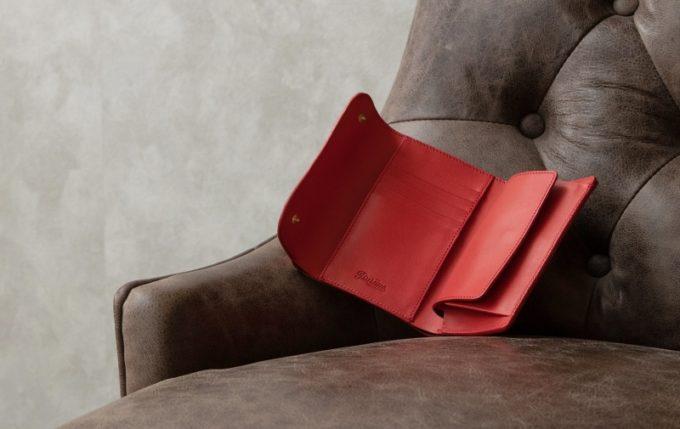 ソファーの上に置いてあるWホック&Wステッチミニ財布