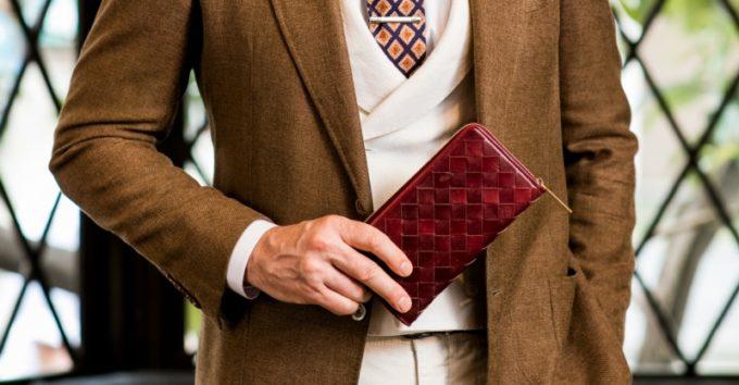 ザ オークバーク・ドレッドノートを持ち見せる男性