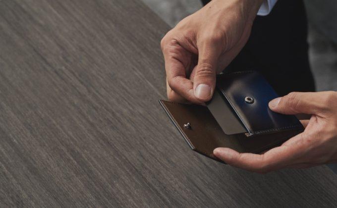 YFC150コインケースからカードを取り出す男性