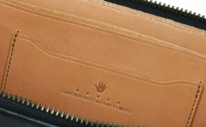 ヨコ入れカードポケットに刻印されたハンドマーク