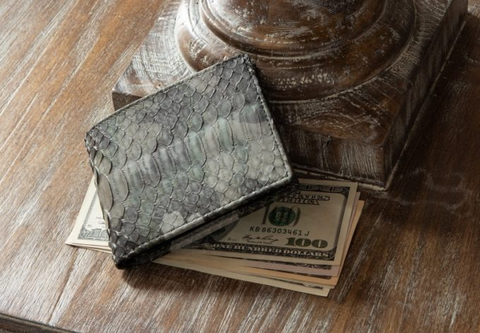 テーブルの上に置いてあるパイソン二つ折り財布