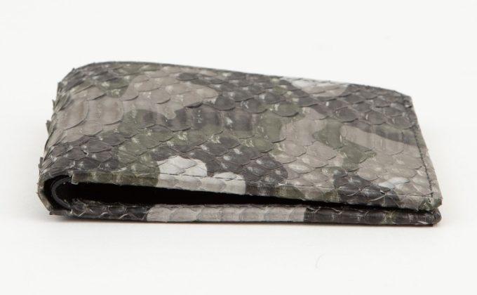 薄くて携帯性に優れるパイソン二つ折り財布
