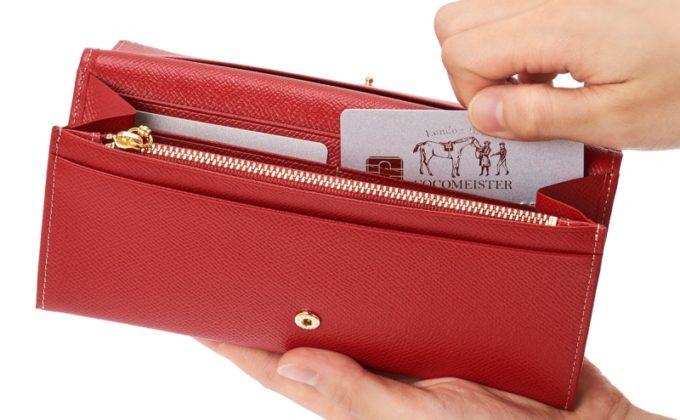 薄型長財布イリーナ・ウェインからカードを取り出すところ