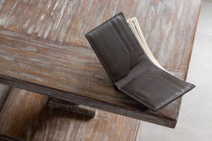アーキライン二つ折り財布(艶有り)の内装カードポケットと札入れ