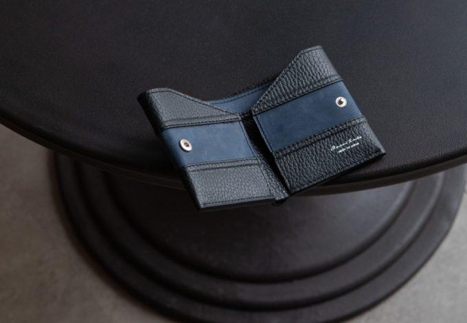 テーブルの上に置いてある2つ折り財布(コインレス)