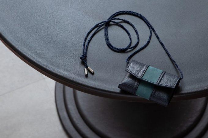 テーブルの上に置いてあるセルフミニ財布
