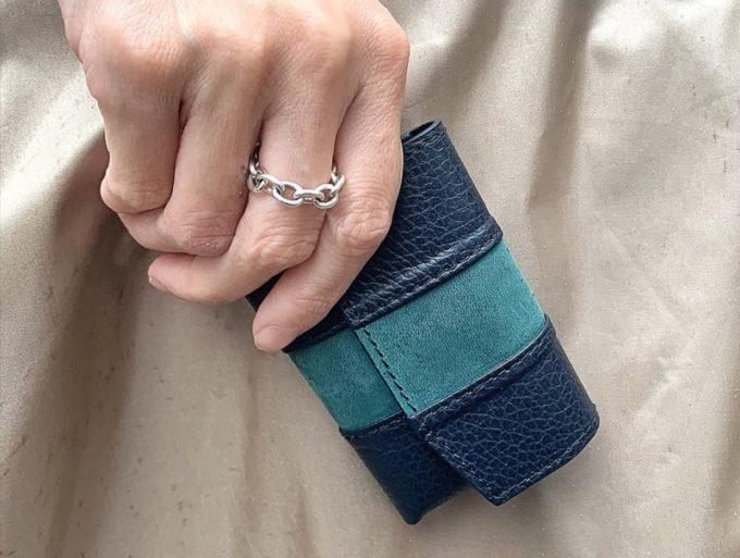 手に持つとコンパクトさが分かるセルフミニ財布
