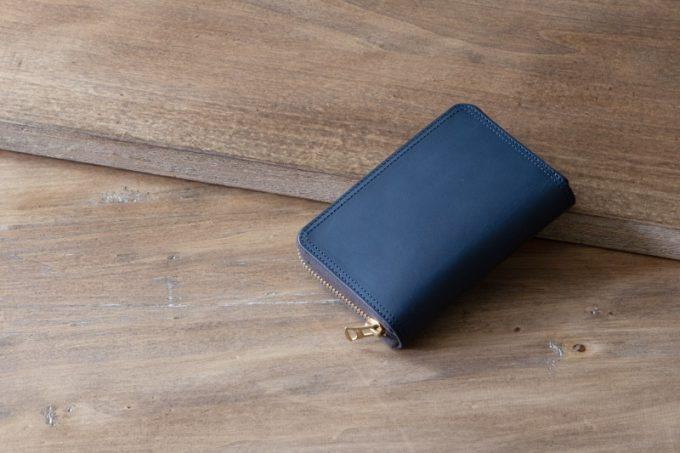 テーブルの上に置いてあるミニラウンドジップ財布