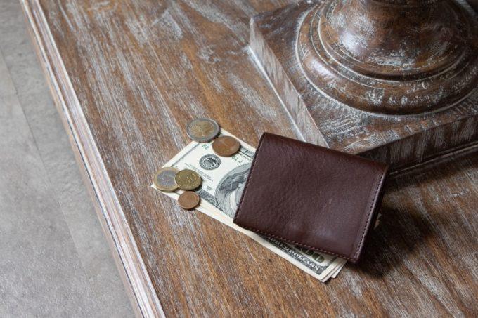 テーブルの上に置いてある三つ折り財布