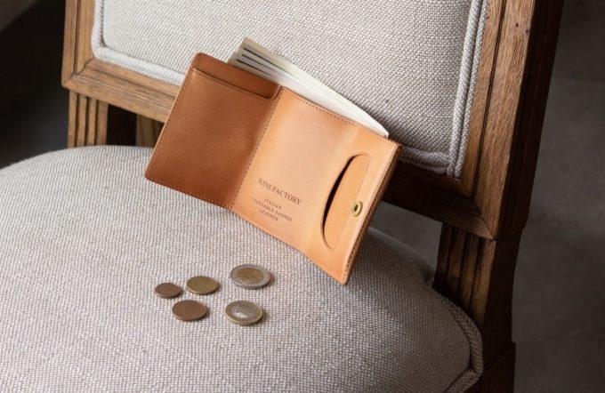 椅子の上に置いてある三つ折り財布