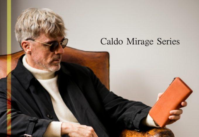 カルドミラージュ・L字型ラウンドファスナーを持つメガネの格好良い男性