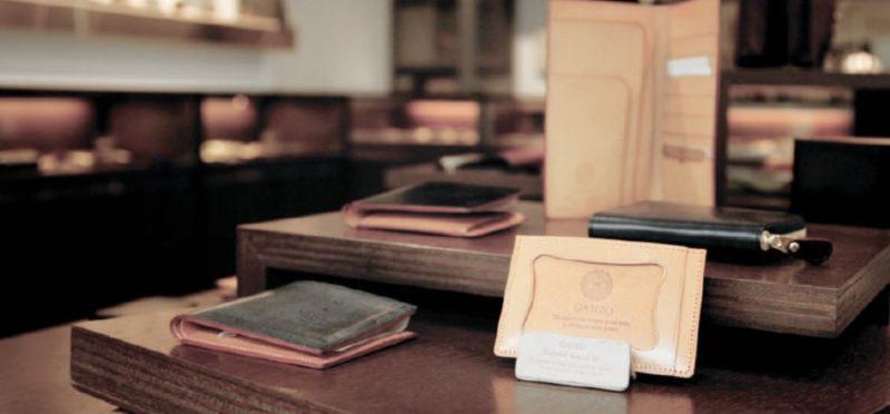 並んだGANZOの革財布と革製品