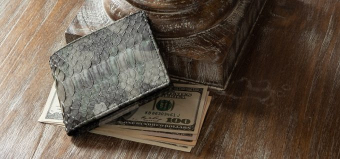 牛革以外のオススメ財布の1つ蛇革の二つ折り財布