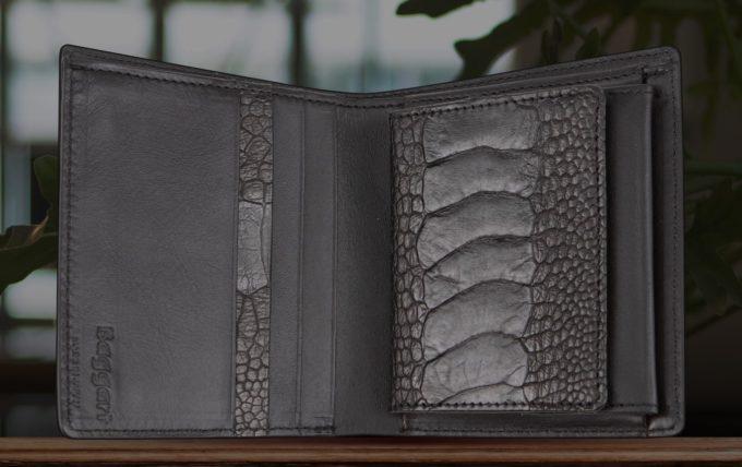 ブランドロゴが見えるバガートの財布