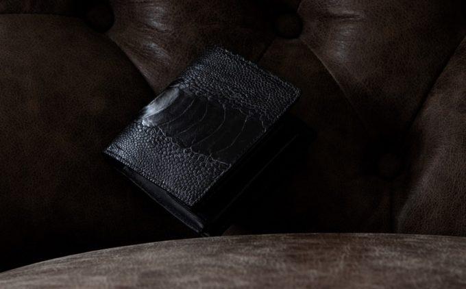 人とは違うオーストリッチレッグの二つ折り財布