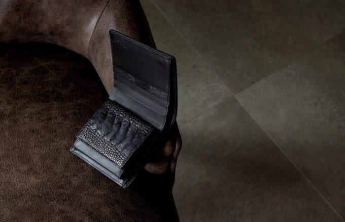 椅子の上に置いてあるオーストリッチレッグ二つ折り財布