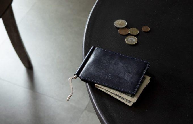 テーブルの上に置いてあるブライドルマネークリップ