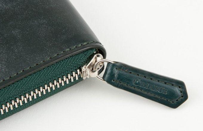 ブライドルラウンドジップ二つ折り財布のブランドロゴ入り引き手