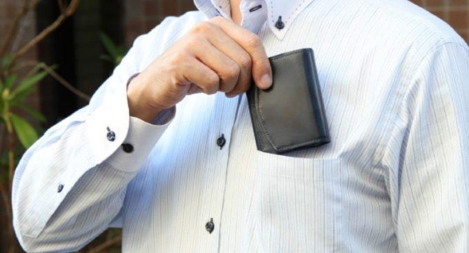 ハンモックウォレットクラシコを胸ポケットにしまう男性