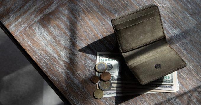 テーブルに置いてあるプエブロ二つ折り財布