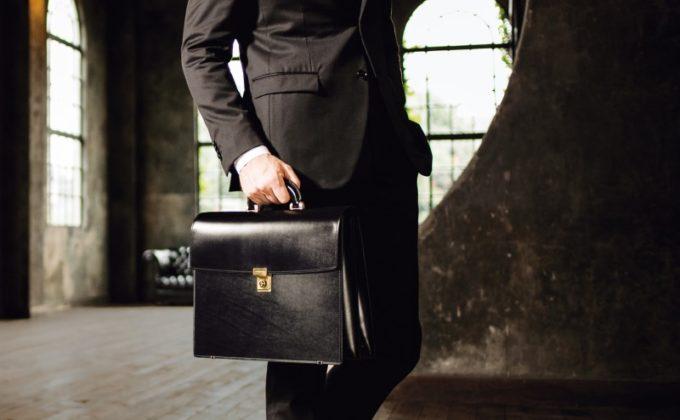 ビジネス鞄を持つ男性